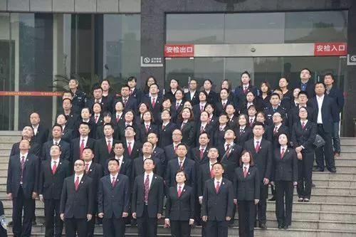 2018年的一次升旗仪式,全体干警白衬衣配西服式制服胸前别着小法徽.图片